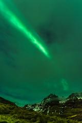 Islanda, la terra dei vichinghi. Aurora boreale con cielo nuovoloso