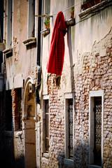 Papiers peints Ruelle etroite Red Blanket