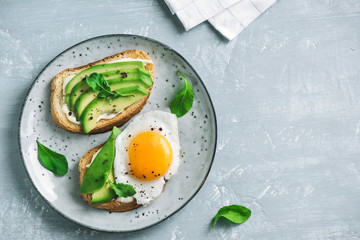 Fond de hotte en verre imprimé Ouf Avocado Sandwiches with Fried Egg