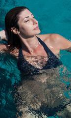 Donna al mare fa il bagno in relax