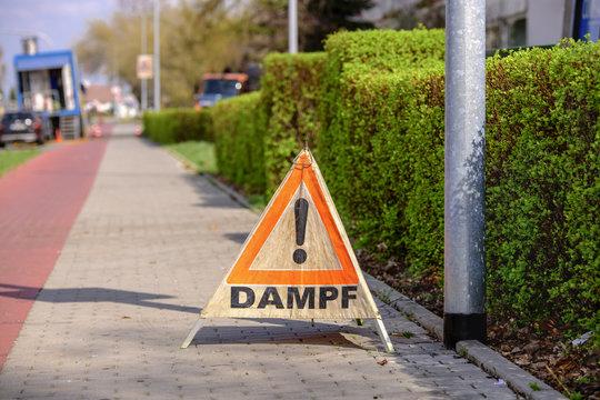 Warndreieck mit der Aufschrift Dampf , bei Reinigungsarbeiten der Abwassersystems