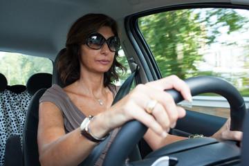 Donna al volante con cintura