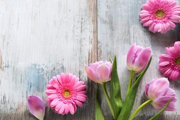 Tulipany i gerbera na popielatych rocznik deskach