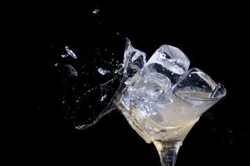 Коктейль со льдом в разбивающемся бокале
