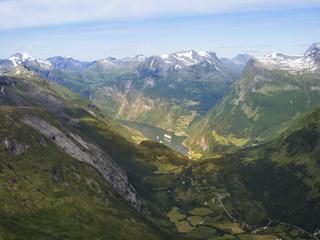 Vistas de Geiranger y de las sinuosas carreteras que suben al Mirador de Dalsnibba, en Noruega, en el verano de 2017