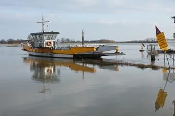 pontje van Dieren over de rivier de IJssel uit de vaart in verband met het hoge water