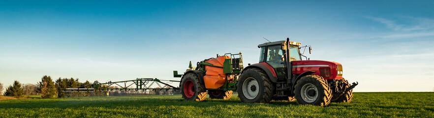 Traktor mit Anhängespritze beim Pflanzenschutz, Banner Fototapete