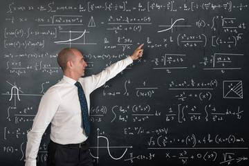 professore di matematica alla lavagna