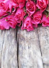fleures rose sur fond de bois