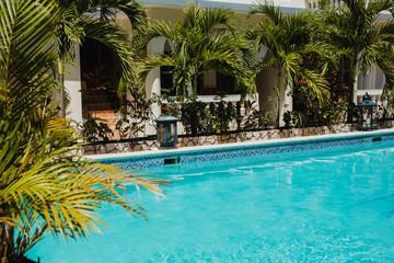 Junge Frau im Pool in der Karibik