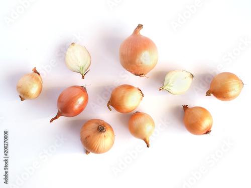 Fototapete Onions isolated on white background, pattern, top view, creative flat layout.
