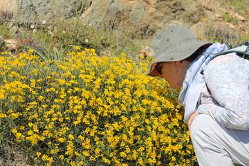 mujer con sombero oliendo flores 4M0A1382-f18