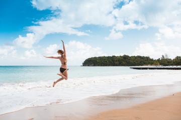 Eine junge und glückliche Frau in der Karibik auf Jamaika