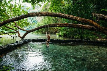 Eine junge Frau in Blue lagoon auf Jamaika