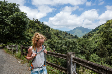 Junge Frau wandert in den Blue mountains in der Karibik auf Jamaika