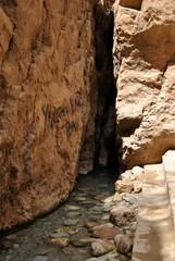 Paisaje de gruta, barranco, pegdregoso en Marruecos