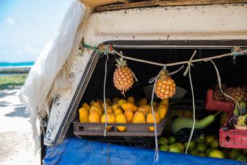 Obstvekauf am Straßenrand in Jamaika