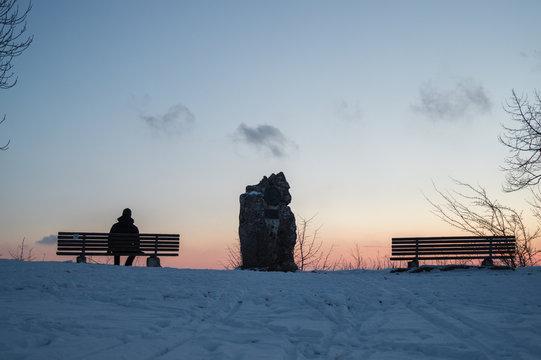 Warten auf den Sonnenaufgang auf dem Rutschenfelsen