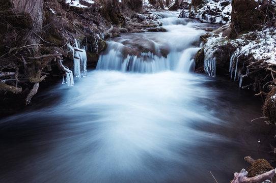 Gefrorener bachlauf des Bad Uracher Wasseralls