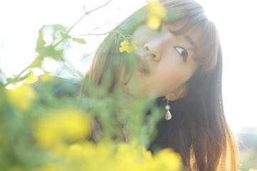 菜の花と女性