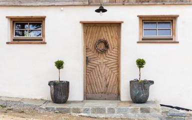 Hausfassade mit geschnitzter Eingangstür