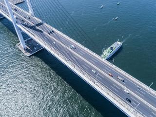 フェリーと道路。海。橋。車。