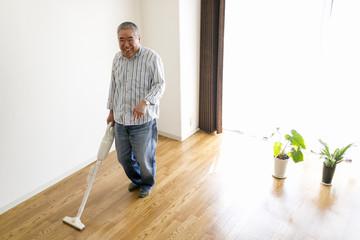 掃除をするシニア男性
