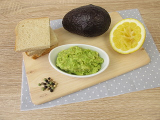 Guacamole mit Avocado, Zitrone, Pfeffer und Salz
