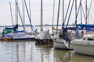 Ein Segelbootshafen mit Seegelschiffen die dümpeln im Mai