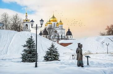 Скульптура горожан у Кремля в Дмитрове Sculptures of people near the Assumption Cathedral