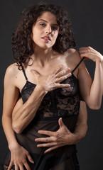 Sexy donna con mani di uomo sul corpo