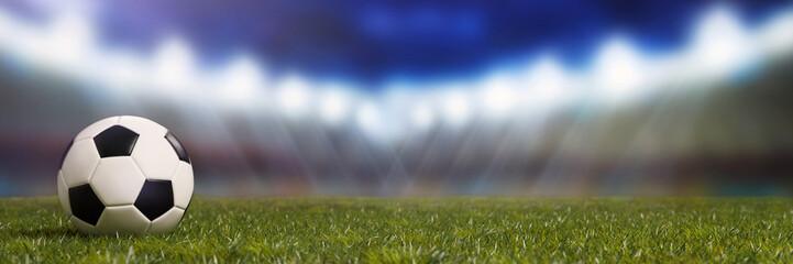 Fußballstadion mit Fußball auf dem Rasen