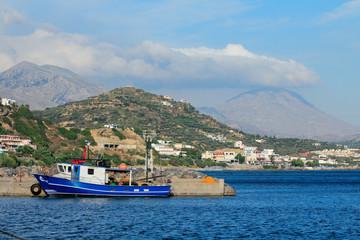 Bateau dans le port de pêche de Plakias en crète