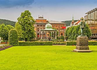 Parkanlage mit Edvard Grieg Denkmal und Musikpavillon in Bergen, Norwegen