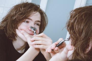 jeune homme adolescent se rasant pour la première fois