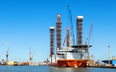 Errichterschiff für Offshore-Windenergieanlagen liegt im Hafen von Bremerhaven