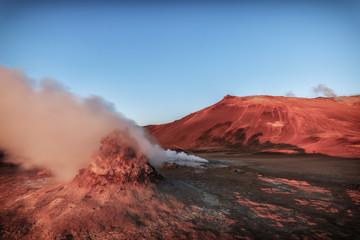 Geothermisches Feld Hverir in Island. Solfatar im Sonnenaufgang. Geothermal Energie_002