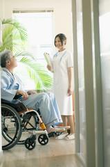 患者と話をする看護師