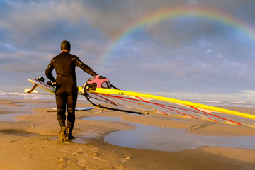 windsurfeur sur la plage le soir