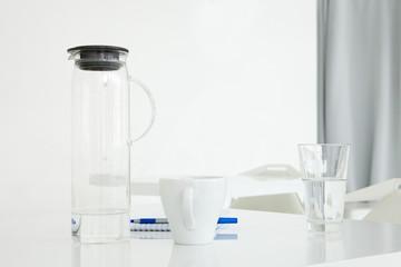 Посуда для воды стоит на столе.