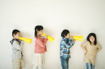 メガホンで遊ぶ小学生