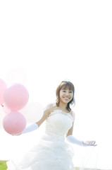 風船を持ち微笑む花嫁