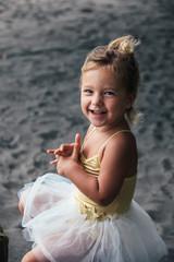 Portrait eines kleinen Mädchens mit blauen Augen