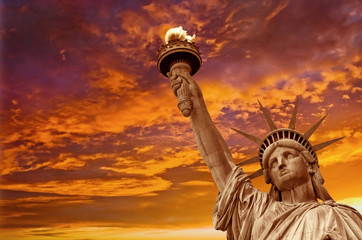 Tuinposter Historisch mon. Statue of Liberty, dramatic sky background. New York City, USA