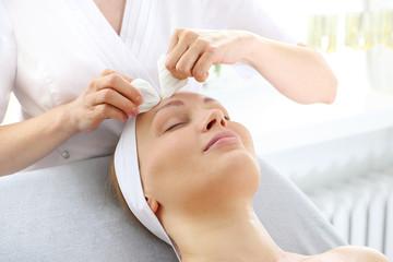 Manualne oczyszczanie twarzy.  Zabieg kosmetyczny oczyszczania skóry twarzy.