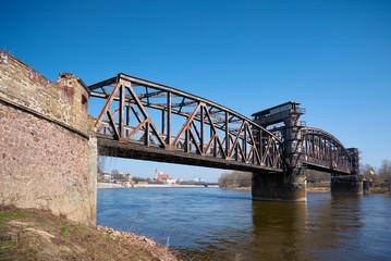 historische Hubbrücke über den Fluss Elbe in Magdeburg