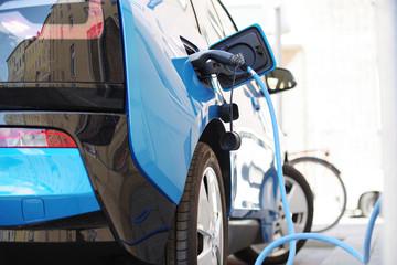Elektro-Auto wir an einer Ladestation geladen