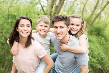 Familie erholt sich im garten