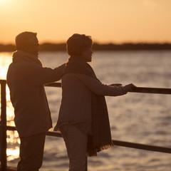 夕日を眺めるシニア夫婦