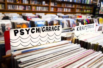Spoed Foto op Canvas Muziekwinkel Collecting vinyl records